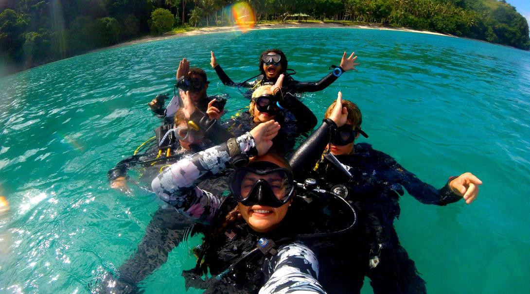 Voluntarios aprendiendo a bucear en el voluntariado de conservación de tiburones en Fiyi.